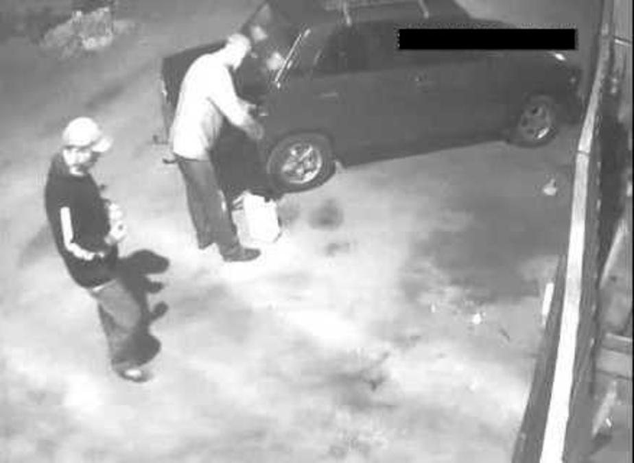 Трое молодых парней по ночам сливали бензин из автомобилей в Зеленчукской