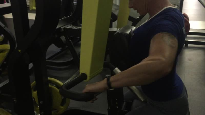 Горизонтальная тяга к груди в тренажере широким хватом на трапецию