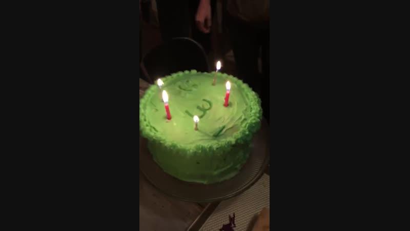 19/20 ноября 2018; Калифорния, США: Лана на вечеринке по случаю Дня рождения Чак Грант (голос Ланы на фоне)