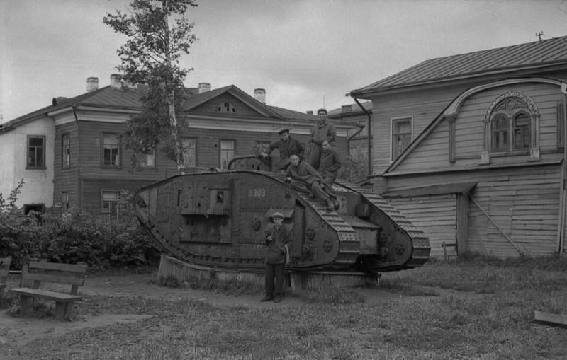 Трофейный английский танк Mark V № 9303 в музее Архангельска,1953 год.