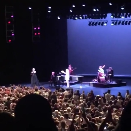 """RDT Lady Gaga on Instagram: """"ACLAMADA! LadyGaga sendo ovacionada pelo público ao entrar no palco para se apresentar com TonyBennett, em Virgínia..."""