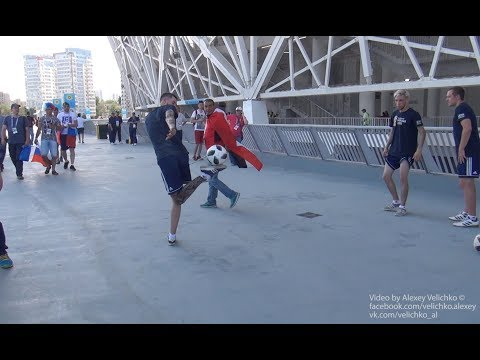 Футбольный фристайл болельщиков перед матчем ЧМ FIFA-2018 на стадионе Волгоград-Арена. Супер!