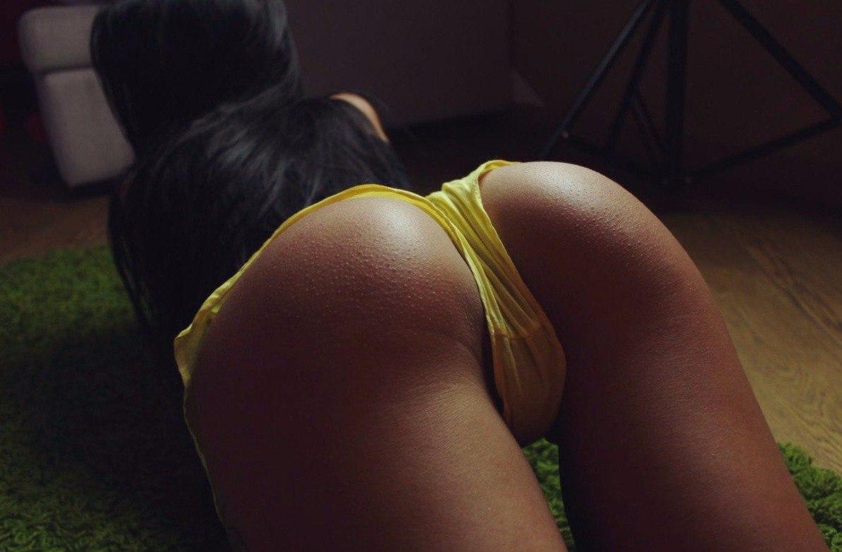 Brunette showing ass