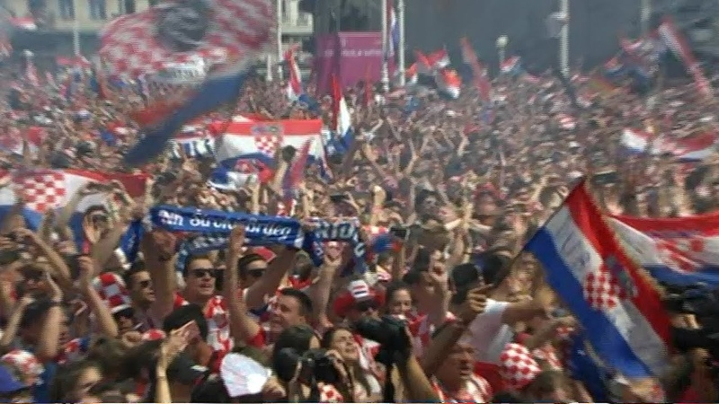 Avion s nogometašima u pratnji MIG-ova preletio Trg bana Jelacica