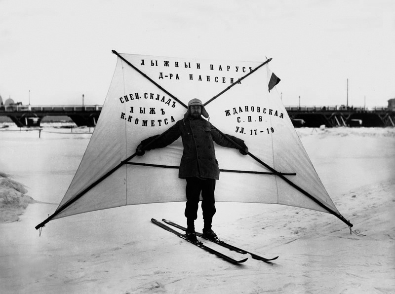 Демонстрация лыжного паруса доктора Нансена, изготовленного фирмой К. Кометса, 1910-е.