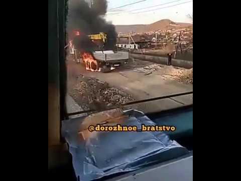 В Приморье на железнодорожном переезде вспыхнул большегруз