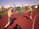 удары руками в боксерских перчатках против 3 парней поочередно с нунчаками спарринги