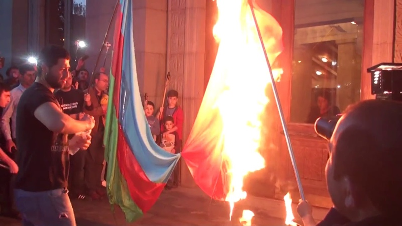 Ежемесячная традиция в Армении : сожги флаг какой-то республики