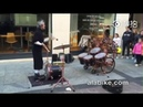 Музыкант играет на барабанах и жонглирует