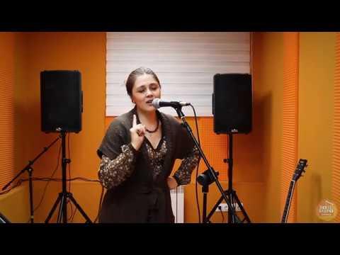 Алина Кухарь преподаватель по классу вокал вокальный ансамбль сольфеджио Voice Studio School