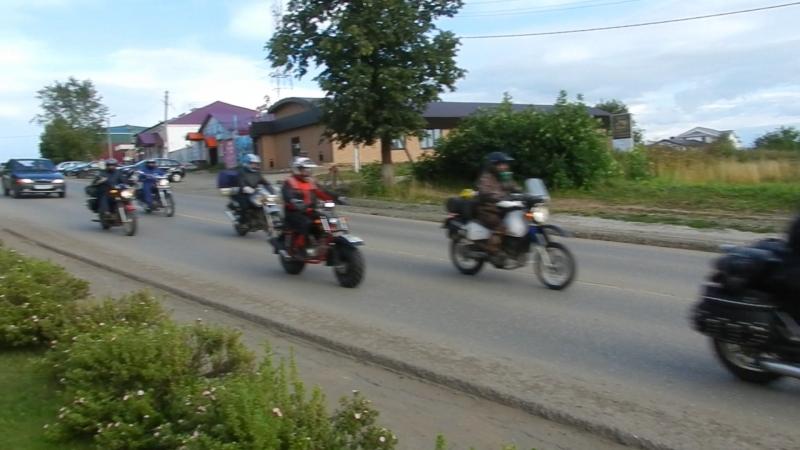 Мотоциклисты въезжают на Центральную площадь