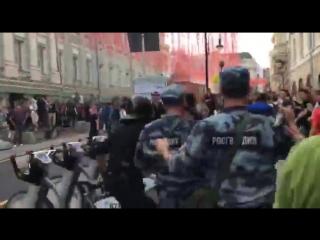 В районе метро Театральная и Охотный ряд в Москве пошли столкновения протестующи