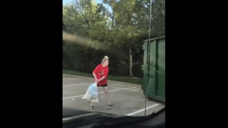 Девушка с мусором
