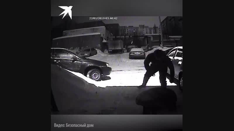 В Саратове сливавшие по ночам бензин воры избили заставших их очевидцев