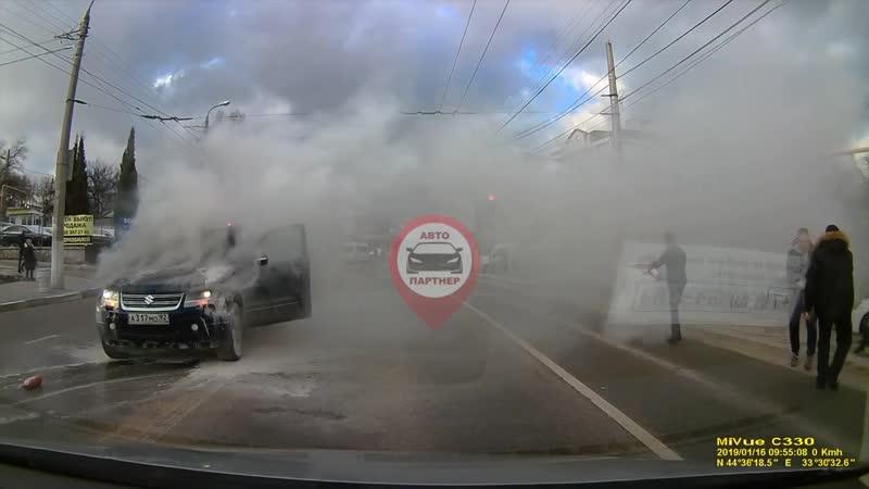 В Севастополе посреди дороги загорелся автомобиль