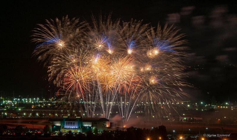 США, штат Вашингтон:  Фейерверк на День Независимости в Emerald Downs