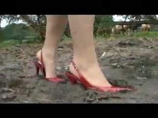 Девушка в туфлях по грязи на каблуках