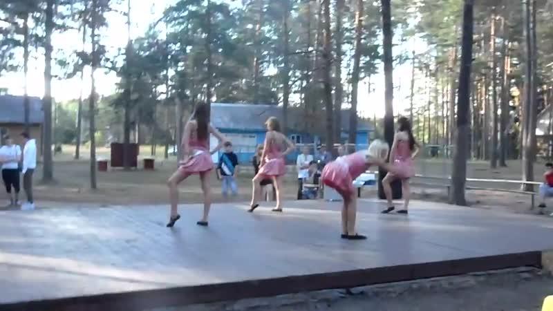 Танец на празднике в детском лагере