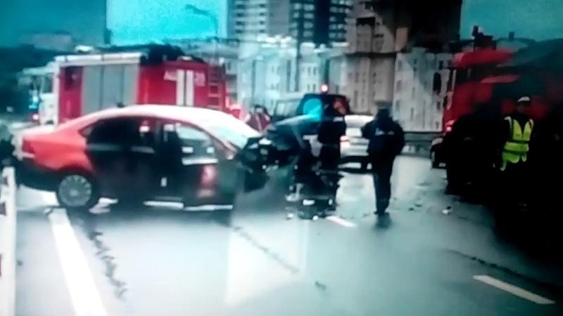 Массовое ДТП произошло в Москве с участием снегоуборочной машины.Пострадало 5 человек