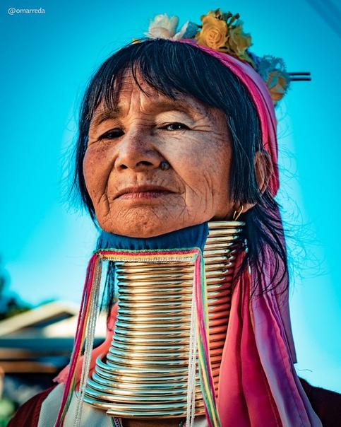 Женщины племени Падаунгов (Мьянма, Таиланд) известны по всему миру благодаря вытянутым шеям, чего достигают при помощи специальных обручей, которые надевают с самого детства. Фотограф Омар Реда