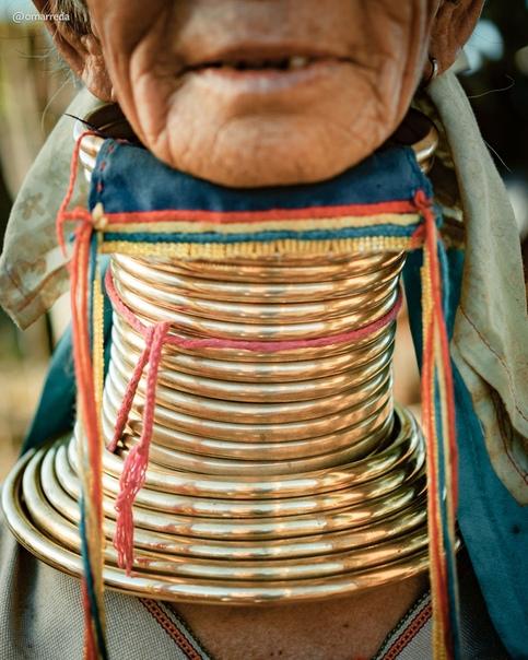 Женщины племени Падаунгов (Мьянма, Таиланд) известны по всему миру благодаря вытянутым шеям, чего достигают при помощи специальных обручей, которые надевают с самого детства.