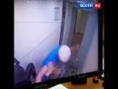 Драка в лифте в Красноярске пожилой мужчина заступился за молодую девушку