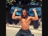 Strength of Body. Парень тренируется с бутылками, наполненными водой, показывая, что можно тренироваться всегда и везде