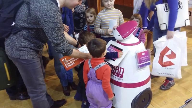 R Bot 100 общается с детьми