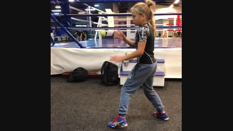 Тренировка боксера на координацию рук-глаз. Перспективная украинка Кира Макогоненко.