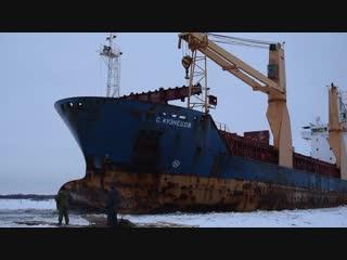 Теплоход С. Кузнецов проходит пешеходную переправу Соломбала - Хабарка Архангельск, Поморье, река Северная Двина.