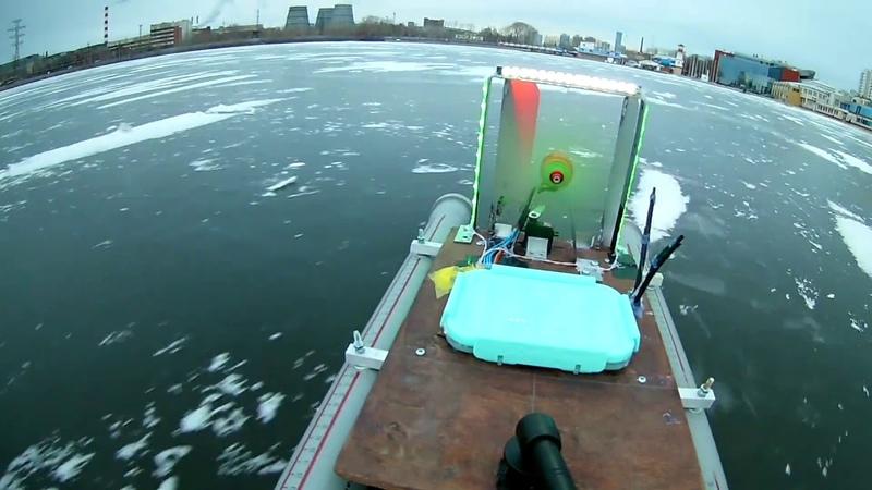 Маленький, но отважный глиссер на льду Верх-Исетского пруда
