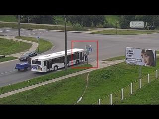 26 июля в г. Кобрин велосипедист начал двигаться на красный свет и угодил под автобус