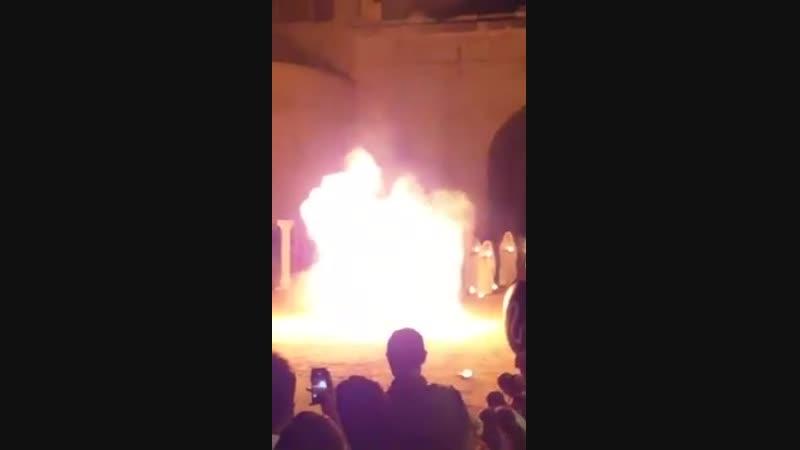 Огненное шоу на фестивале La Fano Dei Cesari в Италии. (6 sec)