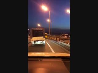 Владивосток - парни прикинулись автобусом, чтобы пройти по Золотому мосту