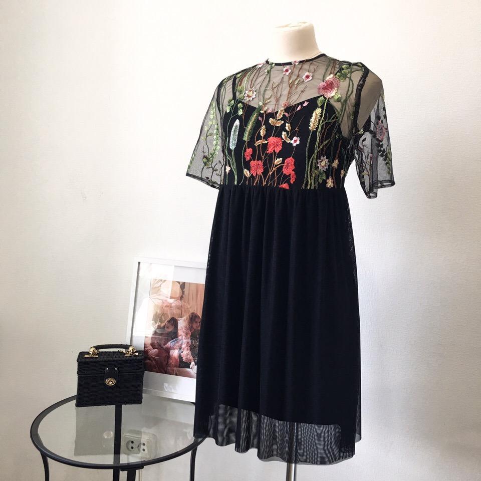 Лаконичное чёрное платье с яркой вышивкой на сетке - идеальный вариант для выпускного вечера  Такое платье точно не будет висеть в шкафу как воспоминание об этом дне, а станет палочкой-выручалочкой для любого случая 🧚️