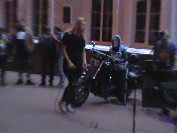 Уличный кавер концерт рок группы «Артиш». Видео 3.