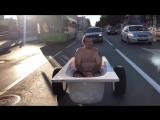 Житель Тюмени прокатился по городу в ванне с пеной