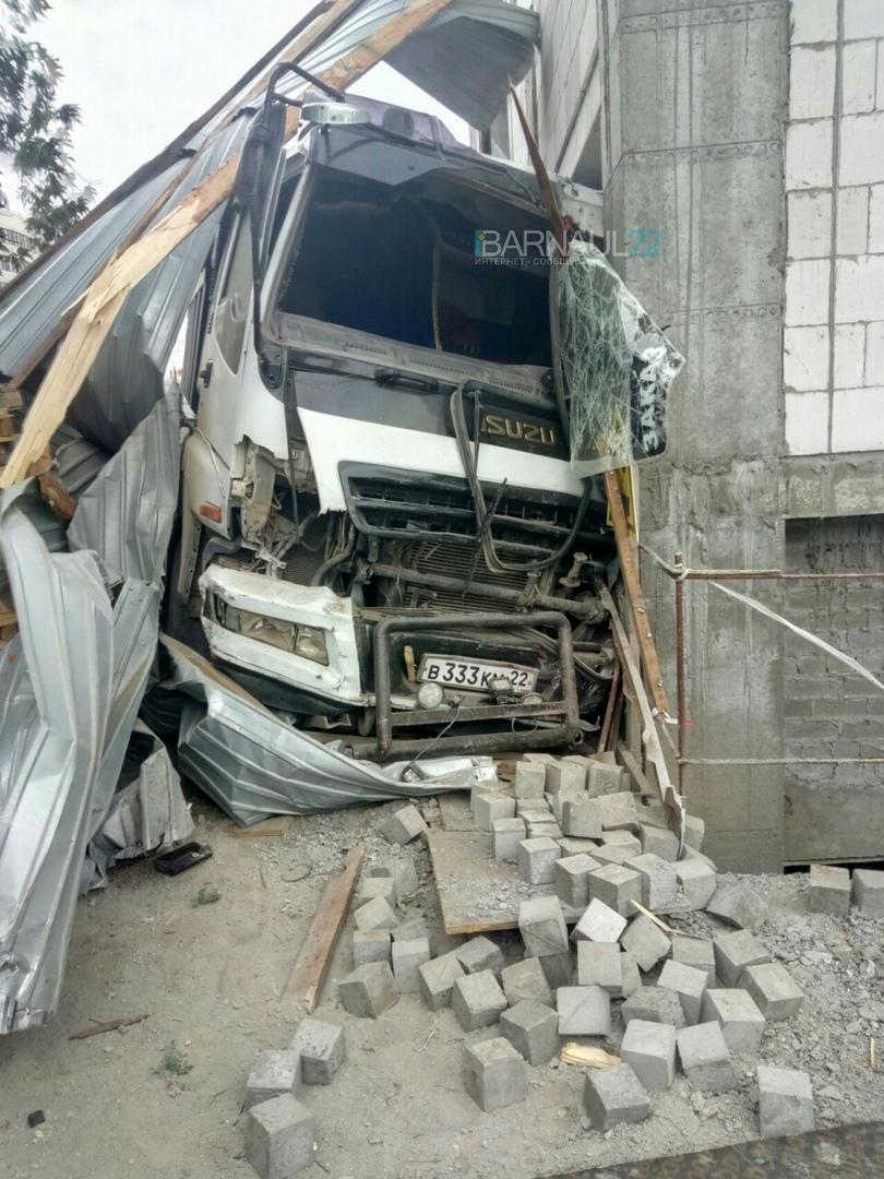 Массовое ДТП в центре Барнаула: столкнулись пять автомобилей