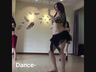 راقصة ساخنة بملابس داخلية