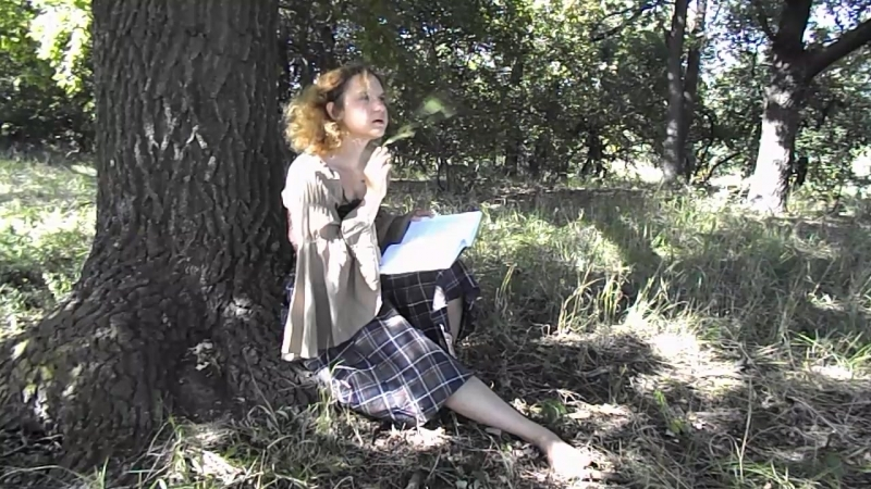 Женя читатет у дуба №2