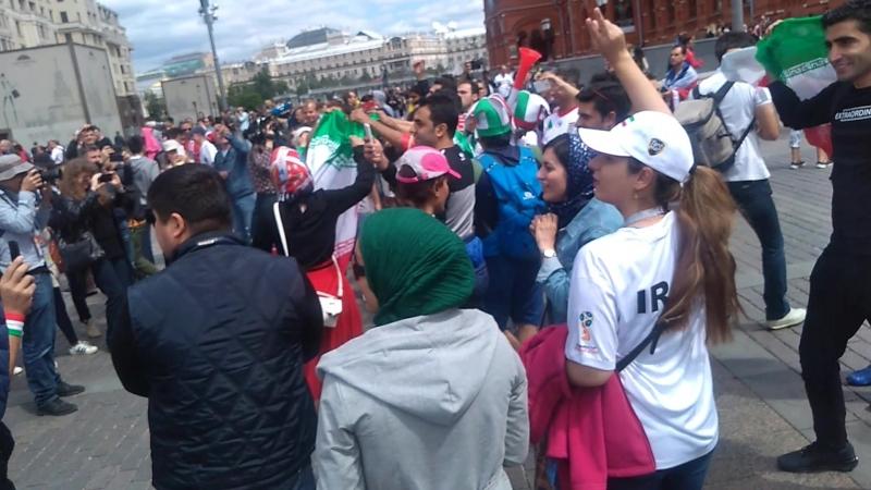 Футбольные фанаты со всего мира зажигают на Манежной площади в Москве появление Жириновского