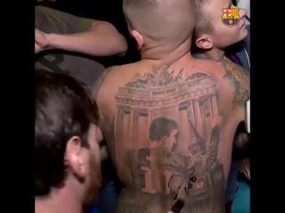Месси расписался на огромной татухе фаната