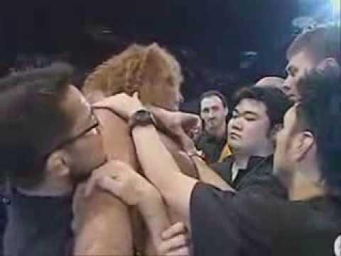 Giant Silva atacando com pedaço de pau