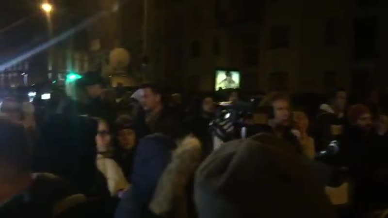 Citizens of Strasbourg, France came out this evening and applauded the police just 30 minutes after Strasbourg terror suspect Ch