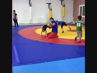 Учимсяделатьколесо#Детскаяразминка#Детскийспорт#АрмейскийРукопашныйбой#СмешанныеЕдиноборства#ДетскийСпорт##Тренировки#Групповыет