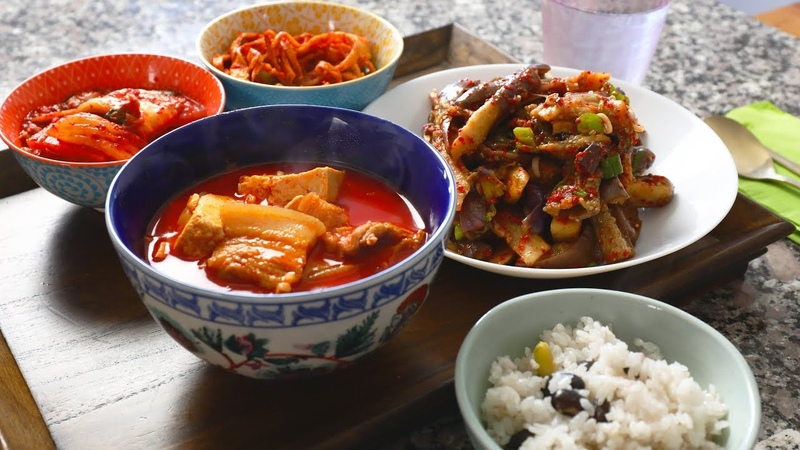 Spicy pork stew (Dwaejigogi-jjigae 돼지고기찌개)