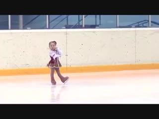 3-ех летняя девочка на коньках