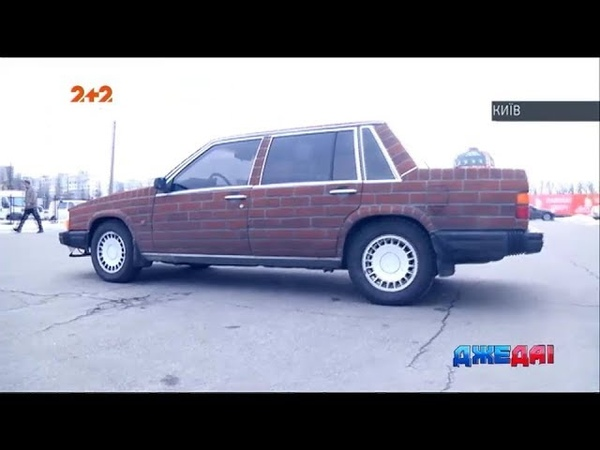 Автомобіль з цегли колесить вулицями Києва