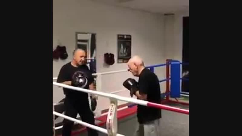 Боксом заниматься никогда не поздно Доказано 80 летним дедушой