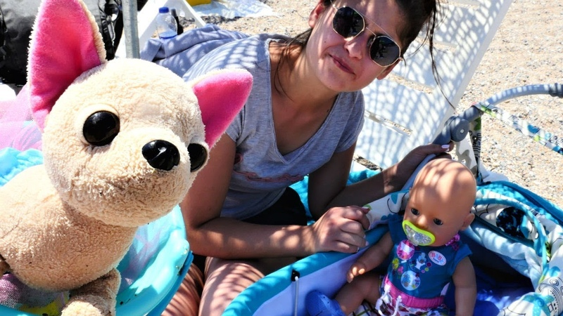 Ayşe, Gül ve Loli sahilde! Kumsalda havuz yapma oyunu!